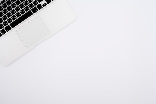 Concept de bureau vue de dessus avec ordinateur portable Photo gratuit