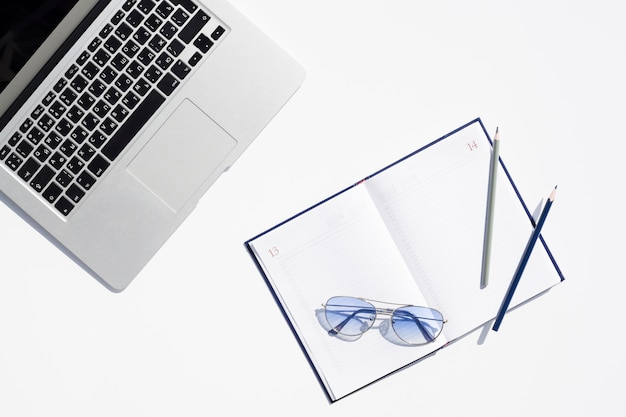 Concept de bureau avec vue ouverte avec bloc-notes ouvert Photo gratuit