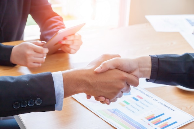 Concept de business people réunion design ideas, les gens d'affaires se serrant la main. Photo Premium