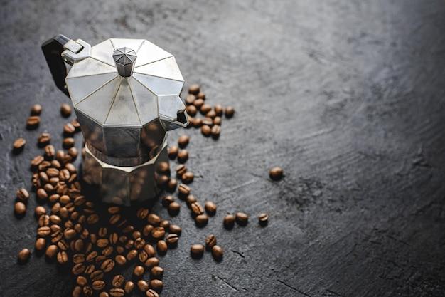 Concept de café moka sur fond sombre Photo Premium