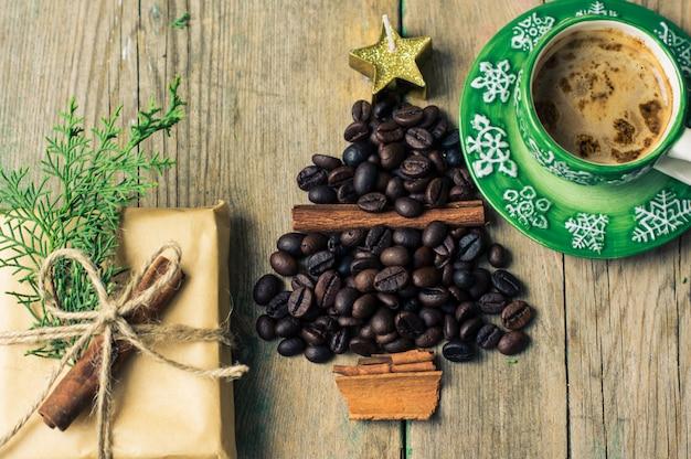 Concept De Café De Noël Avec Une Tasse De Café Et De Haricots Photo Premium