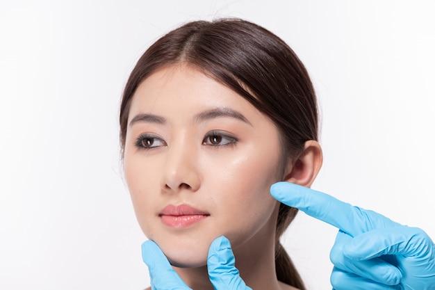Concept de chirurgie. belle femme asiatique fait une chirurgie du visage. Photo Premium