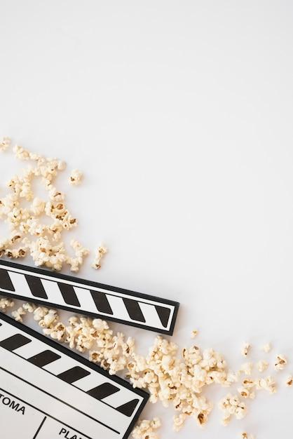 Concept de cinéma avec clap et pop-corn Photo gratuit