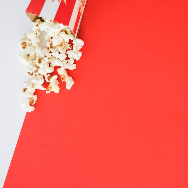 Concept de cinéma avec fond de pop-corn Photo gratuit