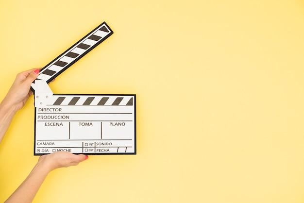 Concept de cinéma avec main tenant clap Photo gratuit