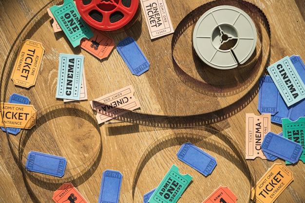 Concept de cinéma avec moulinet et billets Photo gratuit