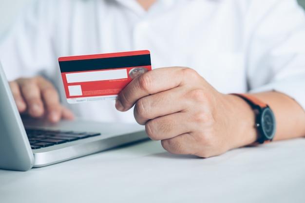Concept De Commerce En Ligne. Les Gens Achètent Et Payent Par Carte Credeit Photo gratuit