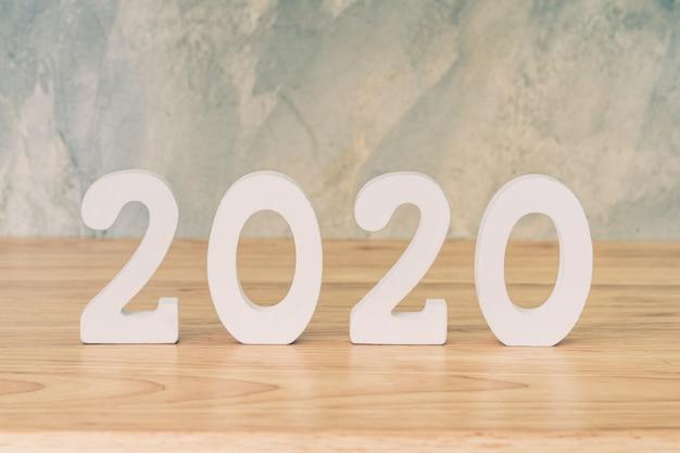 Concept Commercial Et Design - Numéro En Bois 2020 Pour Le Texte De Bonne Année Sur La Table En Bois. Photo Premium