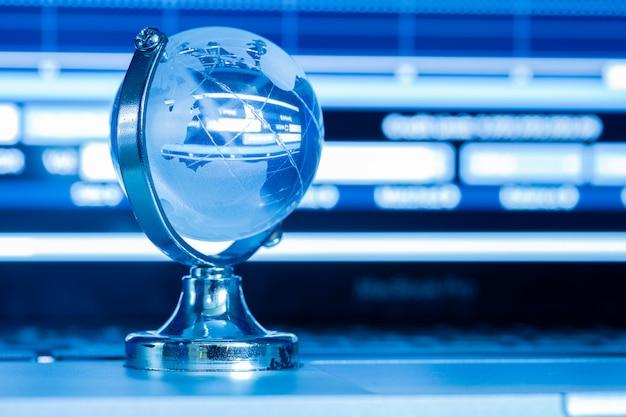 Le concept commercial du monde du verre sur un ordinateur portable Photo gratuit