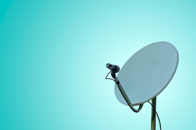 Concept de communication avec antenne parabolique sur fond pastel Photo Premium