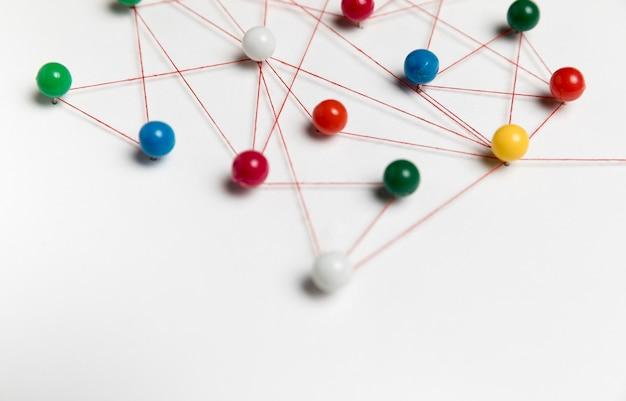 Concept De Communication Avec Des épingles Colorées Photo gratuit