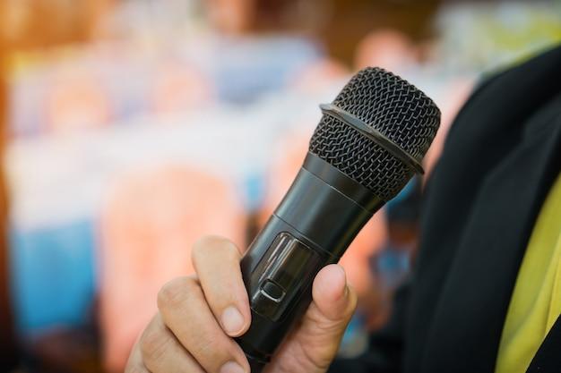 Concept de conférence: des hommes d'affaires ayant un microphone pour parler Photo Premium