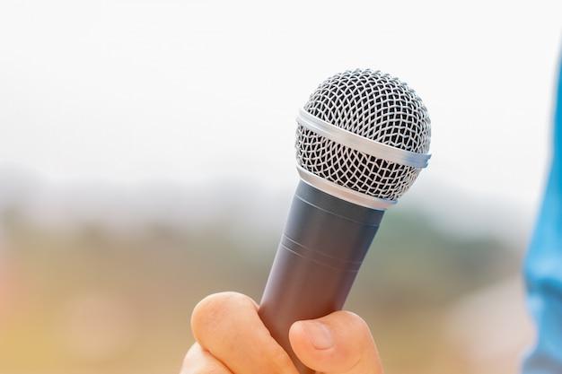 Concept de conférence de séminaire: hommes d'affaires ayant les microphones pour parler ou parler dans une salle de séminaire, prenant la parole pour une conférence devant un public universitaire Photo Premium