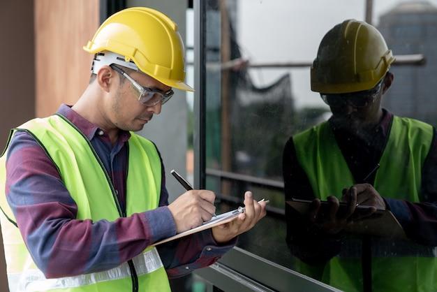 Concept de construction, défaut du contrôleur inspecteur contremaître au sujet de la construction de la maison de travail d'ingénieur et d'architecte avant la fin du projet Photo Premium