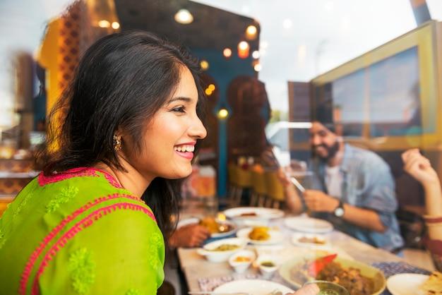 Concept de convivialité cuisine indienne Photo Premium