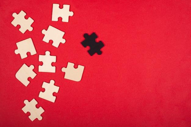 Concept De Corbeau Blanc, Paria, Puzzles, Concept D'entreprise Sur Fond Rouge. Photo Premium