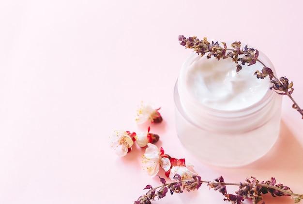 pot de crème hydratante avec fleurs