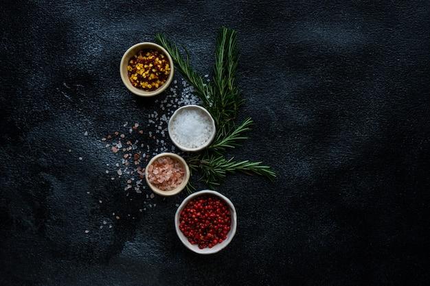 Concept De Cuisine Aux épices Avec Sel De Mer Photo Premium
