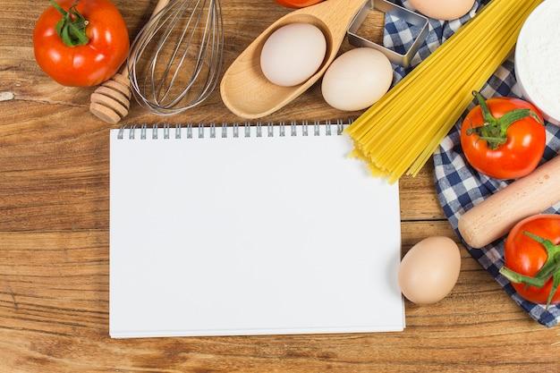 Concept De Cuisine. Ingrédients De Cuisson Essentiels Et Outils De Cuisine Proches Photo Premium