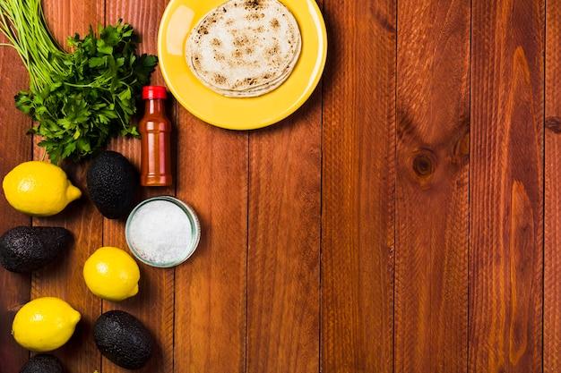 Concept de cuisine mexicaine avec des tacos sur la plaque Photo gratuit