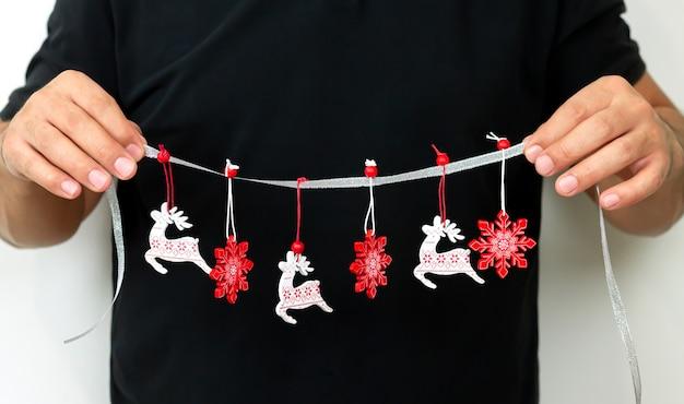 Concept De Décoration De Maison De Noël, Homme Tenant Une Guirlande D'ornement De Noël Pour La Décoration De Fête Photo Premium