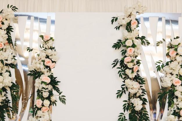 Le Concept De Décoration Pour Les Mariages Et Les Vacances, Les Arrangements Floraux Sur Les Tables, Le Présidium Des Jeunes Mariés Photo Premium