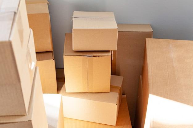 Concept de déménagement de maison avec des cartons empilés dans une pièce Photo Premium