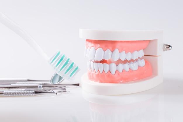 Le concept dentaire des outils de santé pour les soins dentaires Photo Premium