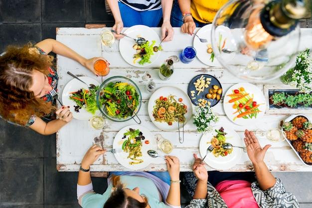 Concept de dîner de communication entre femmes Photo Premium