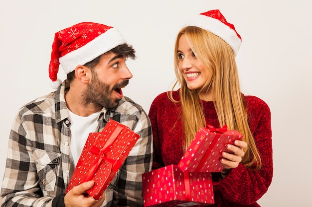 Concept de don avec couple Photo gratuit