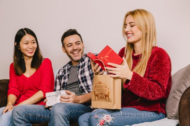 Concept de don avec trois amis Photo gratuit