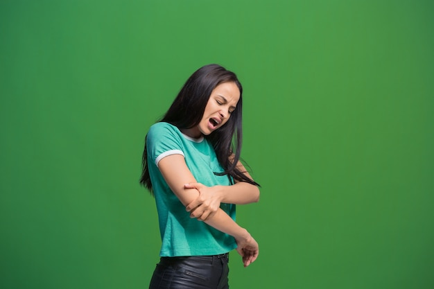 Concept De Douleur. Beau Portrait Féminin Isolé Sur Fond Vert. Jeune Femme Surprise émotionnelle Regardant La Caméra. émotions Humaines, Concept D'expression Faciale. Photo gratuit