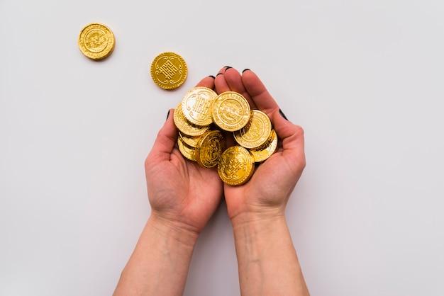 Concept du nouvel an chinois avec les mains tenant des pièces de monnaie Photo gratuit