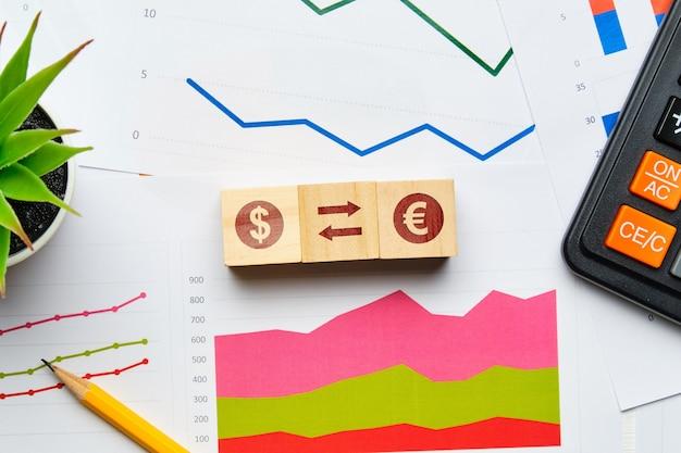 Concept D'échange De Devises Avec Des Graphiques Papier Et Des Rapports. Photo Premium