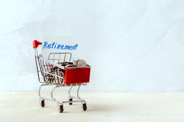 Concept d'économie d'argent. caddie ou chariot avec pièce Photo Premium