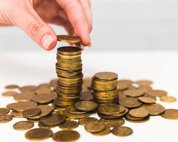 Concept d'économie avec pile de pièces Photo gratuit