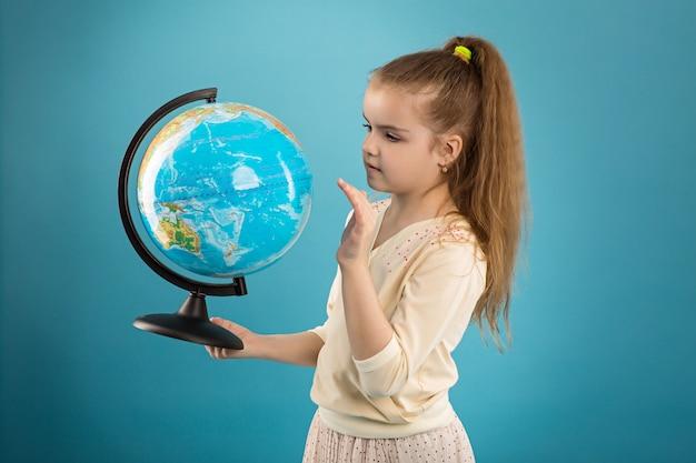 Concept - éducation. caucasien, fille, tenue, globe Photo Premium