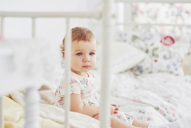 Concept d\'enfance. petite fille en robe mignonne ...