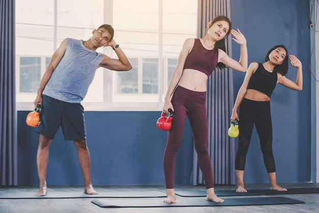 Concept d'entraînement; jeunes s'entraînant en classe Photo Premium