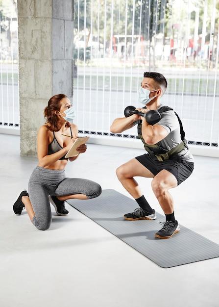 Concept D'entraînement Personnel Avec Masques Photo gratuit