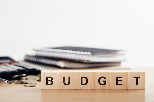 Concept D'entreprise De Planification 2021. Bloc De Cube En Bois Avec Mot Budget Sur Office Desk.copy Space. Photo Premium