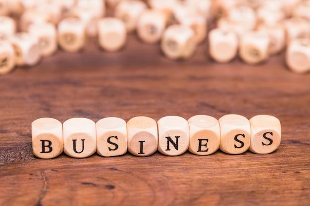 Concept d'entreprise sur une table en bois marron Photo gratuit