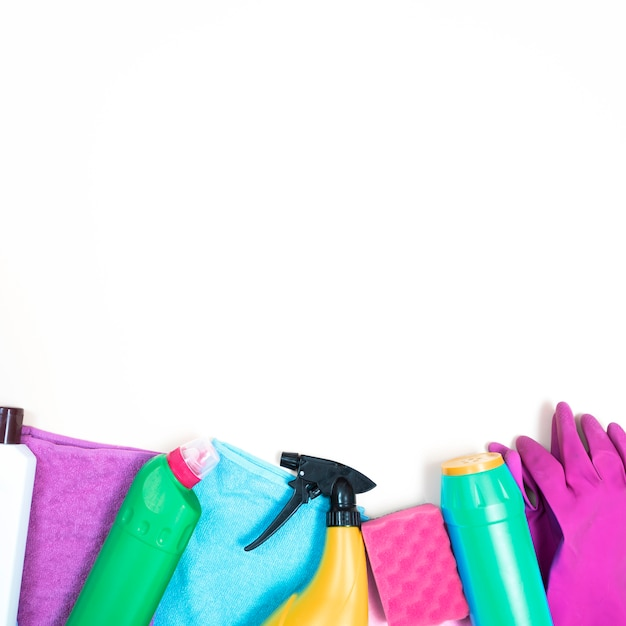 Concept d'entretien ménager avec produits de nettoyage Photo gratuit