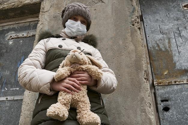 Concept D'épidémie Et De Quarantaine - Une Fille Avec Un Masque Facial Et Photo Premium
