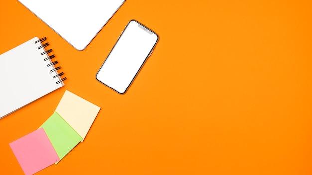 Concept D'espace De Travail Plat Laïque Avec Fond Orange Photo gratuit