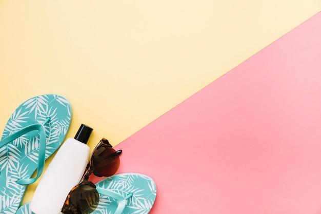 Concept d'été avec crème solaire et tongs Photo gratuit