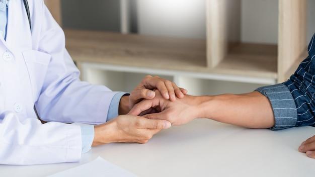 Concept D'éthique Médicale Et De Santé, Le Médecin Explique La Prescription Au Diagnostic De La Victime En Donnant Une Consultation Et En écoutant Attentivement Le Patient à L'hôpital. Photo Premium