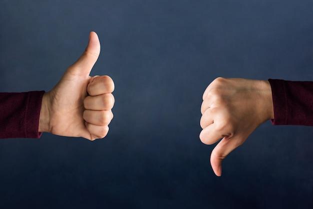 Concept de l'expérience client, les mains du client montrent excellent et mauvais signe Photo Premium