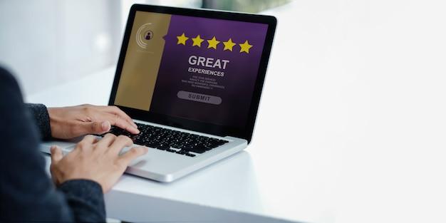 Concept d'expériences client. homme d'affaires moderne donnant cinq étoiles et un examen positif Photo Premium
