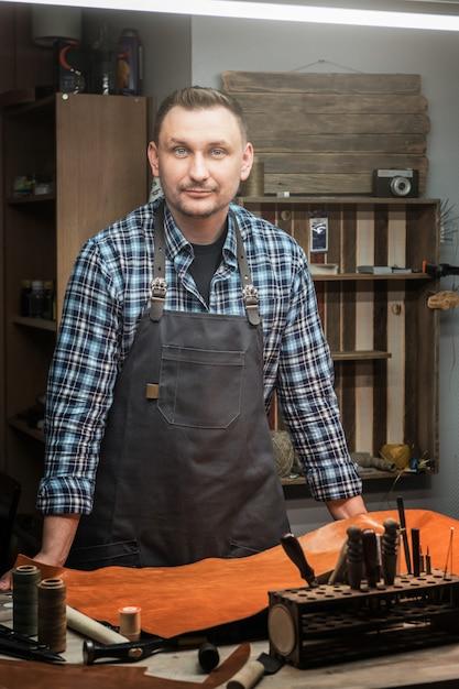 Concept de fabrication artisanale d'articles en cuir. Photo Premium